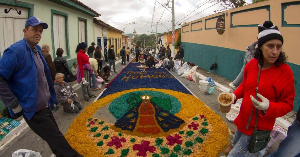 15.jun.2017 - A montagem dos tapetes de rua de Corpus Christi começou durante a madrugada e reuniu diversas pessoas em Santana de Parnaíba (SP). A tradição da confecção dos tapetes de Corpus Christi vem de Portugal