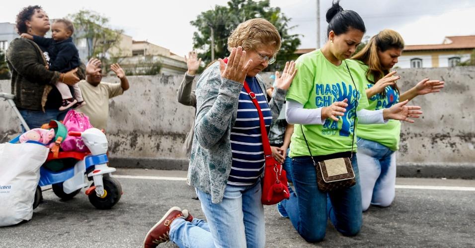 15.jun.2017 - Fiéis participam da 25º edição da Marcha para Jesus, na capital paulista. Os participante acompanham oito trios elétricos em direção à praça Heróis da Força Expedicionária Brasileira, próximo ao Campo de Marte