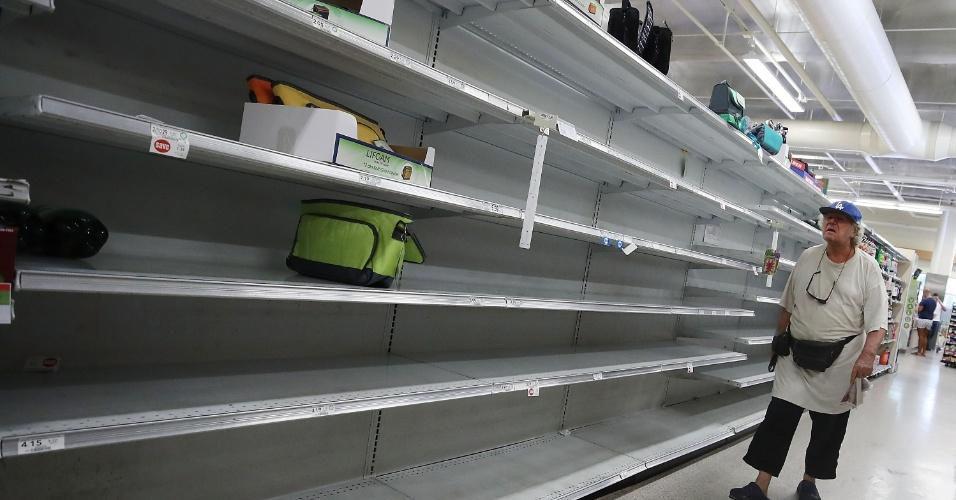 Prateleiras de supermercado em Miami estão vazias por conta da passagem do furacão Irma