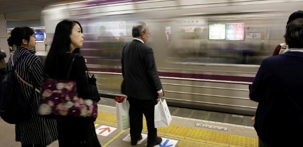Usuários aguardam trem no Japão