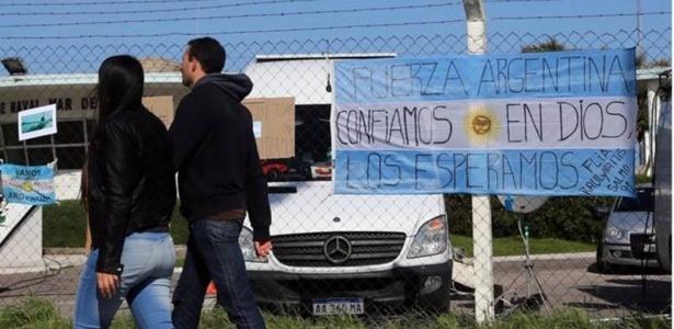 Mensagem de esperança é escrita em bandeira na frente da base naval de Mar del Plata - Reuters