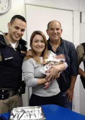 2.dez.2017 - Da esquerda para a direita: O sargento Almeida, a professora Renata e o marido, o advogado Júlio César Moreira