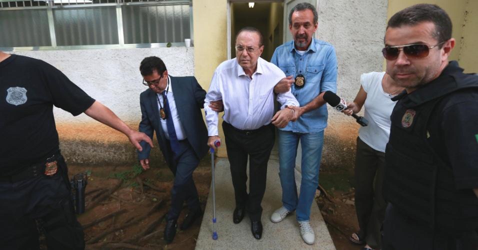 20.dez.2017 - De bengala, o deputado federal Paulo Maluf (PP-SP) foi conduzido para fazer exame de corpo de delito no IML da Vila Leopoldina, zona oeste de São Paulo, após ser preso