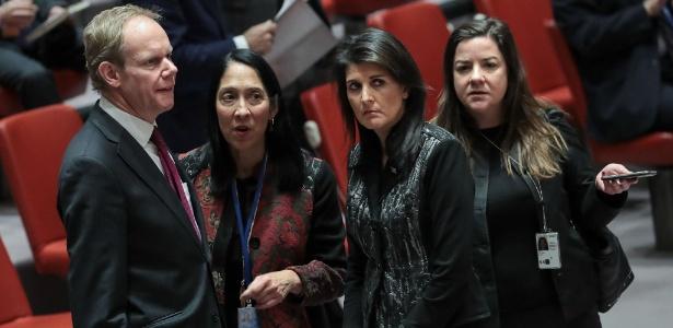 5.jan.2018 - Embaixador da ONU do Reino Unido Matthew Rycroft e embaixadora norte-americana Nikki Haley conversam antes do início do Conselho de Segurança da ONU sobre o Irã