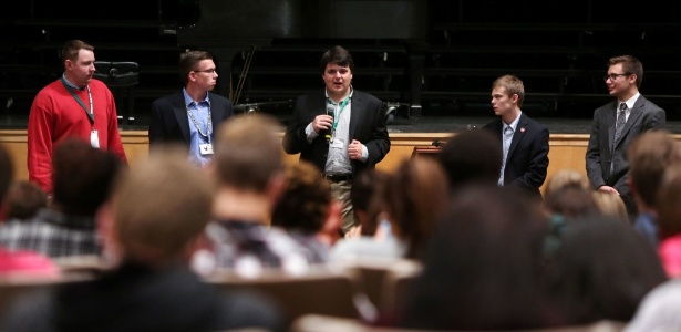 Candidatos adolescentes para o governo do Kansas falam em um fórum em Lawrence. Da esquerda para a direita: Ethan Randleas, 17; Alexander Cline, 17; Jack Bergeson, 16; Tyler Ruzich, 17; e Dominic Scavuzzo, 17