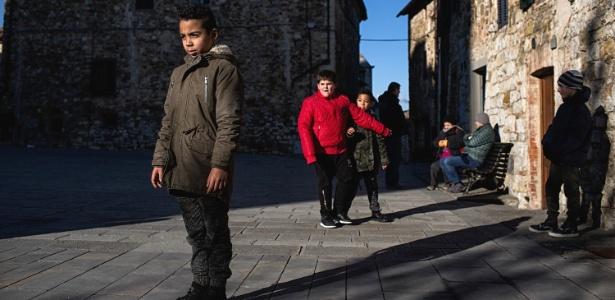 Bilal El Hartika (esq), 9, nasceu na Toscana, filho de pais marroquinos e vive em Castellina in Chianti, na Itália - Nadia Shira Cohen/The New York Times