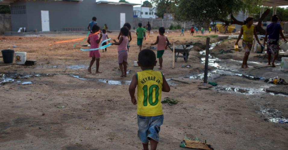 24.fev.2018 - Criança refugiada venezuelana no Brasil brinca em Boa Vista, Roraima