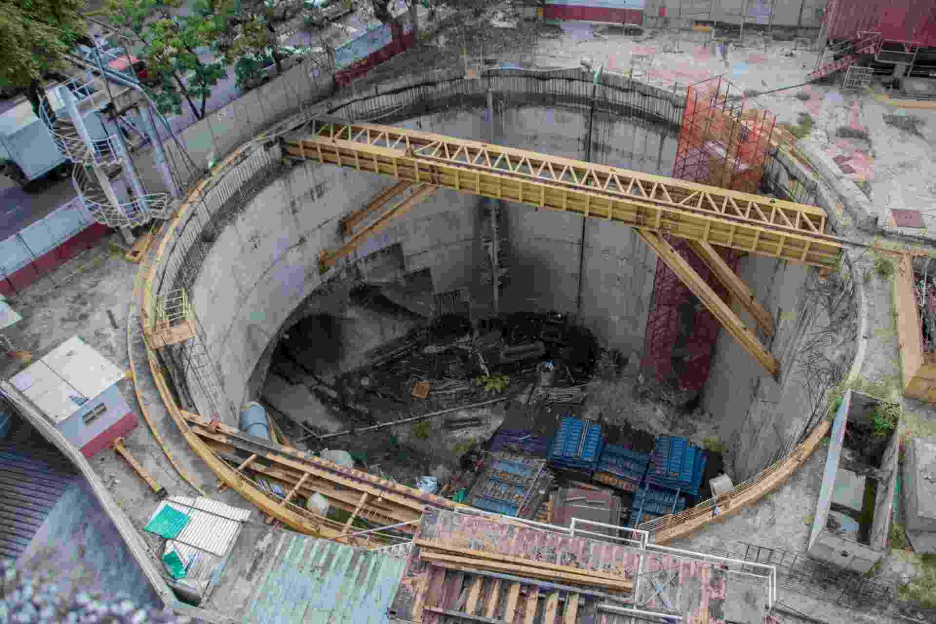 22.mar.2018 - Poço da estação Bello Campo, da Linha 5 do Metrô de Caracas: obra está parada desde 2015 - Rayner Peña/UOL