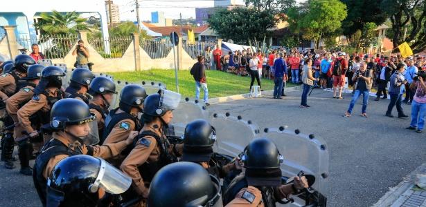 Tropa de Choque reforça segurança no perímetro da sede Polícia Federal do Paraná, no domingo