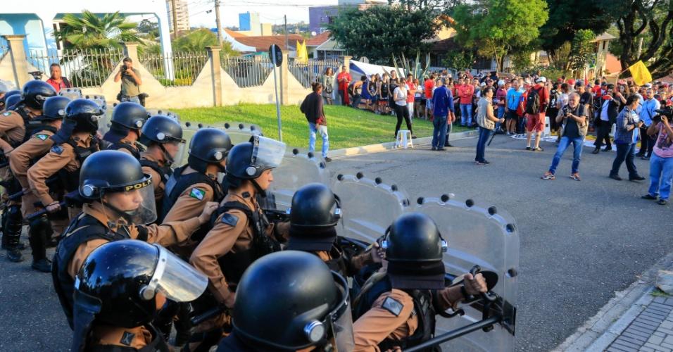 8.abr.2018 - Tropa de Choque reforça segurança no perímetro da sede Polícia Federal do Paraná, onde Lula cumpre pena. Militantes do PT montaram acampamento no local