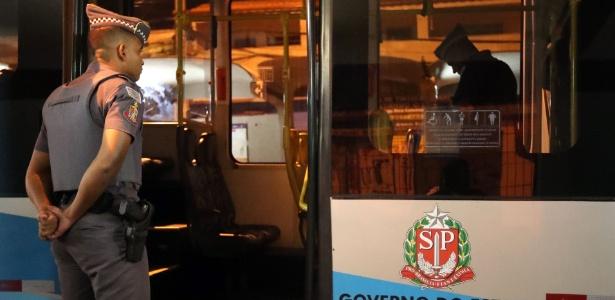 PMs inspecionam ônibus alvo de assalto em que PM, advogado e criminoso morreram