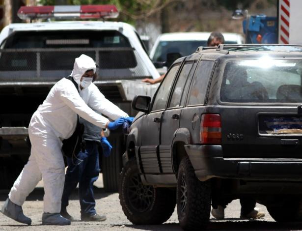 Peritos trabalham no local de onde três estudantes foram vistos pela última vez - Ulises Ruiz/AFP Photo