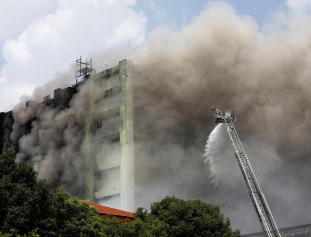 Bombeiros trabalham na contenção de incêndio em fábrica de produtos eletrônicos
