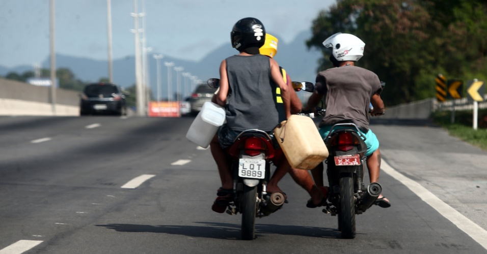 Motociclistas carregam galões com gasolina na rodovia Washington Luiz, região metropolitana do Rio de Janeiro, na tarde desta segunda-feira (28). Diversas regiões do país sofrem com a falta de combustíveis e seus desdobramentos em função da paralisação dos caminhoneiros, que entrou em seu oitavo dia