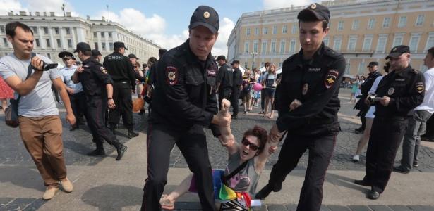 4.ago.2018 - Ativista LGBT é detida pela polícia durante protesto em São Petersburgo, na Rússia