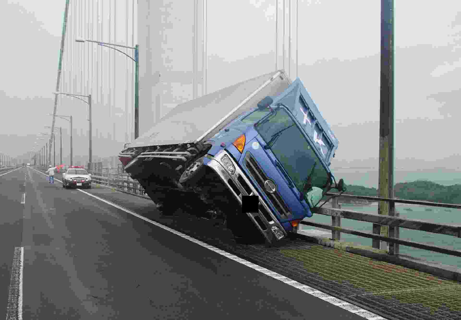 4.set.2018 - Caminhão tombado na ponte Seto Ohashi, em Kagawa, na ilha de Shikoku, no Japão, após a chegada do tufão Jebi ao país - JIJI PRESS/AFP