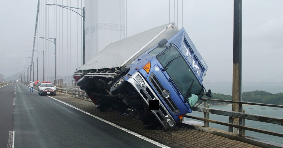 4.set.2018 - Caminhão tombado na ponte Seto Ohashi, em Kagawa, na ilha de Shikoku, no Japão, após a chegada do tufão Jebi ao país
