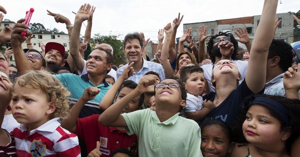 13.out.2018 - O candidato Fernando Haddad (PT) se encontra com Coletivos Culturais Periféricos na Cohab Raposo Tavares, na divisa com Cotia, na Grande São Paulo
