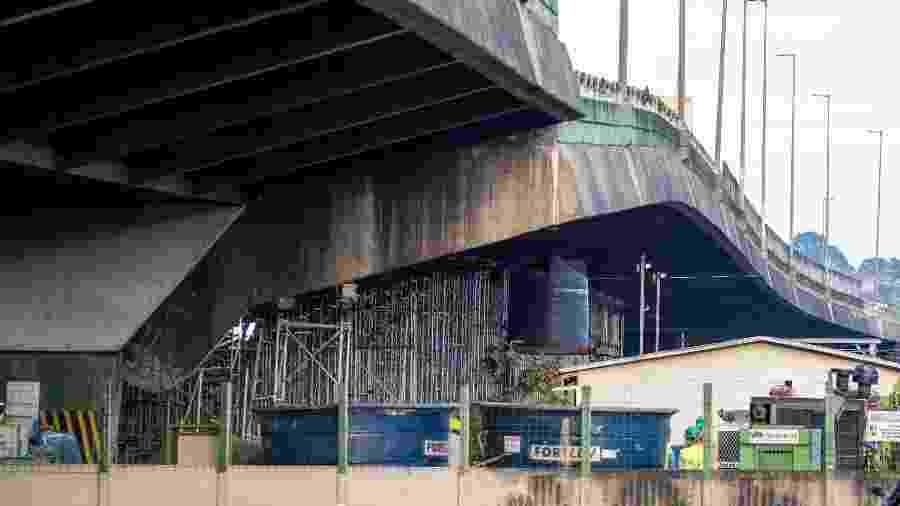 Operárisorabalham em parte do viaduto interditado na pista expressa da Marginal do Pinheiros, zona oeste de São Paulo - Marcelo Gonçalves/Estadão Conteúdo