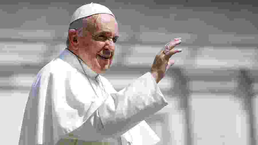 24.abr.2019 - Papa Francisco acena após audiência geral semanal, no Vaticano - Yara Nardi/Reuters