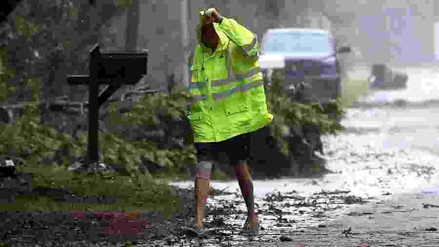 6.set.2019 - Morador enfrente chuva e vento forte na passagem do furacão Dorian na cidade de Kitty Hawk, na Carolina do Norte - Mark Wilson/Getty Images/AFP