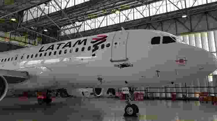 Na foto, avião da Latam passam por revisão feita com drone - Divulgação - Divulgação