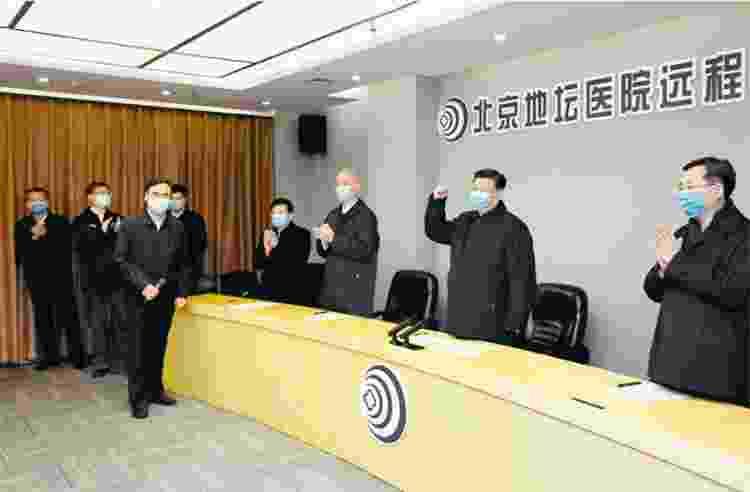 Ao centro, Xi Jinping é aplaudido em um centro de tratamento e diagnóstico em um hospital de Pequim - Divulgação