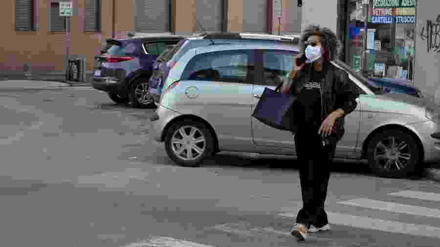 Pedestres usam máscaras de proteção em Milão, na Itália - Josi Donelli/TheNews2/Estadão Conteúdo