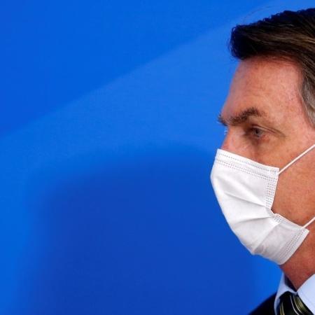 Presidente Jair Bolsonaro usa máscara de proteção durante anúncio de medidas para conter o surto do novo coronavírus - ADRIANO MACHADO
