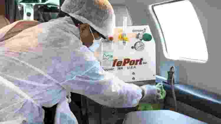 5.mai.2020 - Profissional desinfeta UTI aérea antes de paciente ser embarcado - Sete Táxi Aéreo/Divulgação - Sete Táxi Aéreo/Divulgação