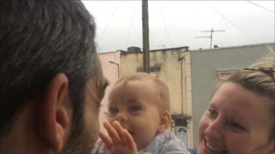 David interage com sua família através de uma janela - BBC