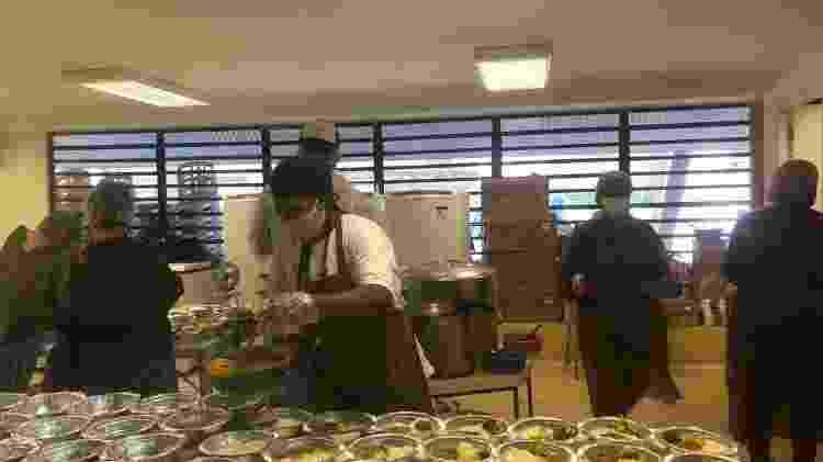 Moradores preparam marmitas que serão distribuídas em Paraisópolis, no centro de contingência do covid-19 - Gabriela Sá Pessoa/UOL - Gabriela Sá Pessoa/UOL