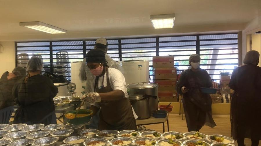 Moradores preparam marmitas que serão distribuídas em Paraisópolis, no centro de contingência do covid-19 - Gabriela Sá Pessoa/UOL