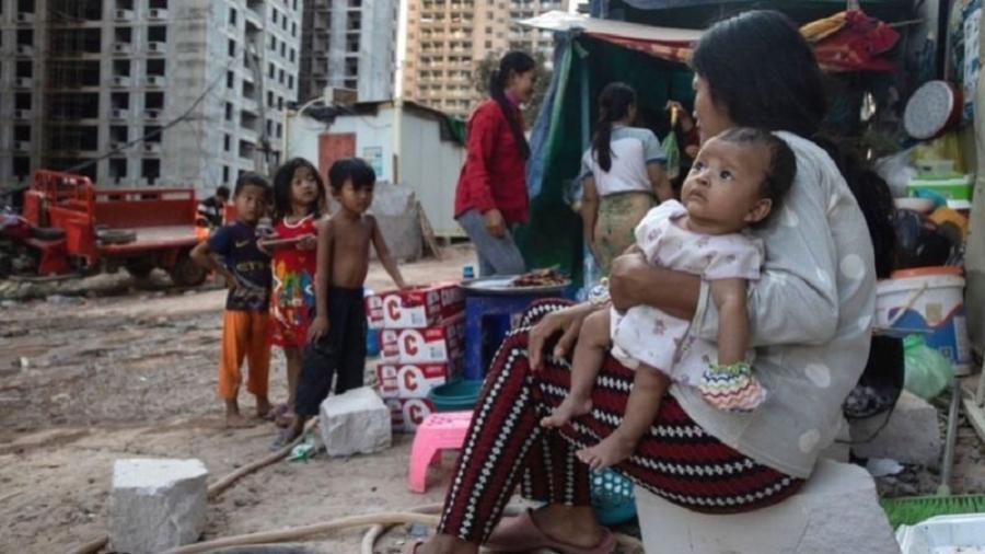 Piora no indicador pode elevar o percentual da população global nessas condições a 9,4%; acima, pessoas vivendo na pobreza no Camboja - Getty Images
