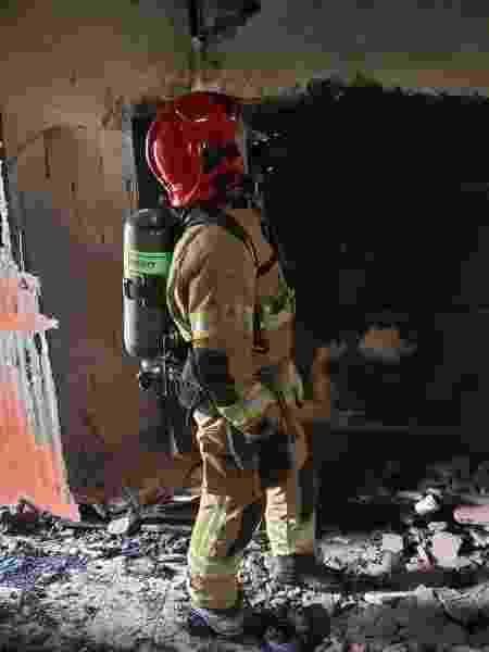 Bombeiro analisa casa que pegou fogo em Uberlândia, em Minas Gerais - Corpo de Bombeiros de Minas Gerais