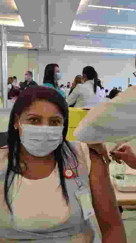 Isabel recebe a dose do imunizante, aplicado por Idlândia - Arthur Stabile/UOL - Arthur Stabile/UOL