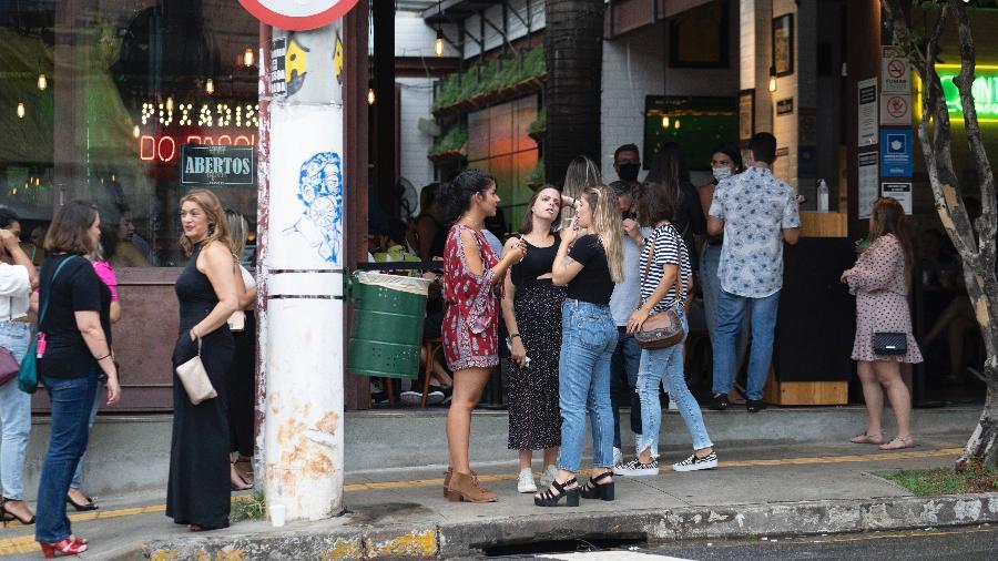 Bar na Vila Madalena tem clientes sem máscaras e sem distanciamento; variante do coronavírus foi detectado em paciente da capital paulista - André Porto/UOL