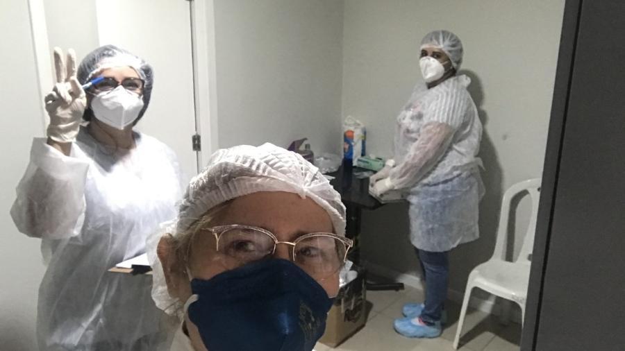 Alzira Frota, coordenadora de epidemiologia da Secretaria de Saúde de Eusébio (CE), e integrantes da equipe de saúde ao fundo. - Arquivo Pessoal/Alzira Frota