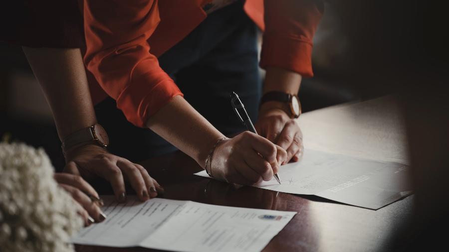 As cláusulas de não-concorrência são itens no contrato de trabalho que impedem um funcionário de trabalhar para a concorrência, exercendo atividade semelhante, por um certo período de tempo após a rescisão. - Romain Dancre/Unsplash