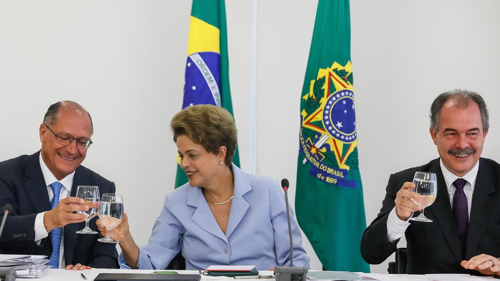 25.jun.2015 - Em Brasília, a presidente Dilma Rousseff brinda com o governador de São Paulo, Geraldo Alckmin (PSDB), durante assinatura de contrato de financiamento para obras de interligação das represas do Jaguari e Atibainha, no Estado de São Paulo