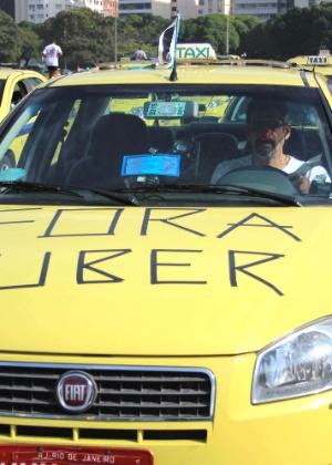 30.jun.2015 - Taxistas protestam no Rio de Janeiro contra o aplicativo de celular Uber