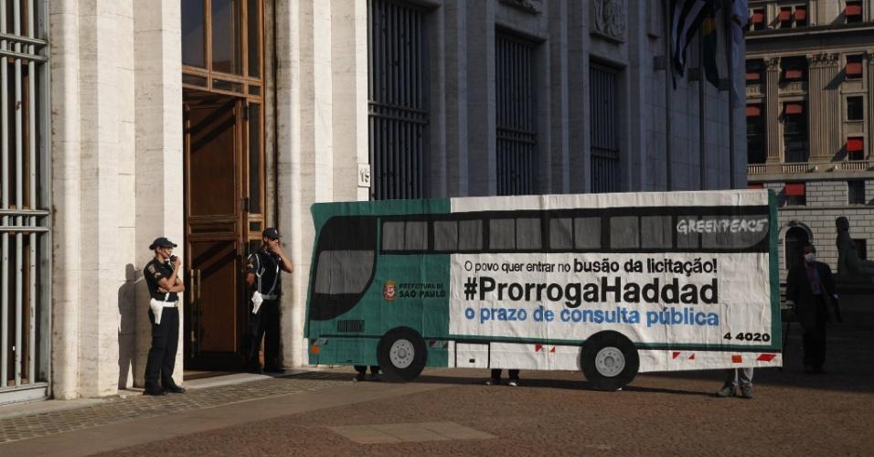 10.ago.2015 - Ativistas do Greenpeace instalaram um banner em forma de ônibus na frente da Prefeitura de São Paulo como forma de protesto para pedir que o tempo de consulta popular para a maior licitação de transporte da América Latina seja estendido. O valor da licitação, segundo a ONG, é de R$ 140 bilhões. O prazo dado pela gestão para a leitura de 5.000 páginas dos editais de licitação publicados pela prefeitura há um mês foi de 30 dias
