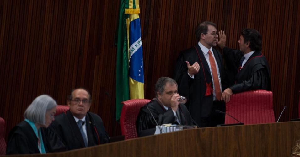 6.out.2015 - TSE (Tribunal Superior Eleitoral) decidiu, por 5 votos a 2, abrir uma ação para investigar a campanha que elegeu a presidente Dilma Rousseff (PT) e o vice-presidente Michel Temer (PMDB) em 2014, o que pode levar à cassação do mandato da presidente. Votaram na noite desta terça-feira (6) os ministros Luciana Lóssio, que foi contra a abertura de investigação, e Dias Toffoli, presidente da Corte, a favor. Votaram anteriormente pelo prosseguimento da ação os ministros Gilmar Mendes, João Otávio de Noronha (que já deixou a Corte), Luiz Fux e Henrique Neves. A ministra Maria Thereza decidiu novamente pelo arquivamento