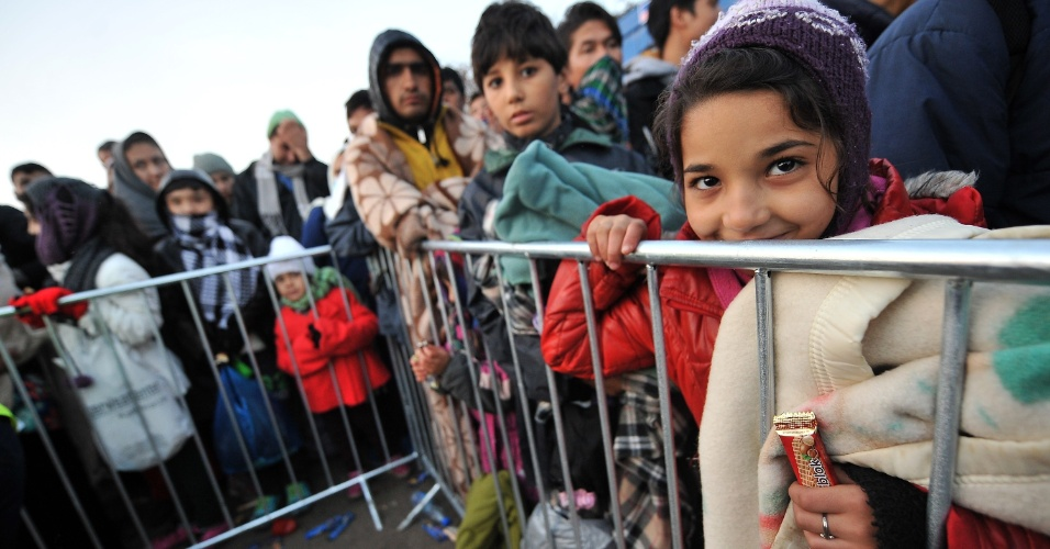 28.out.2015 - Migrantes e refugiados, entre eles várias crianças, esperam para cruzar a fronteira entre a Sérvia e a Croácia, em Berkasovo (do lado sérvio). Durante o atual mês de outubro, a chegada de refugiados e imigrantes através do Mar Mediterrâneo à Europa superaram as registradas em qualquer mês anterior. Foram 179.470 pessoas imigrando para a Europa em outubro, disse nesta terça-feira (27) a Acnur (Agência das Nações Unidas para os Refugiados)