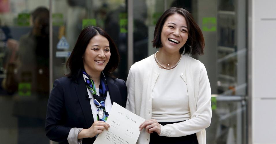 5.nov.2015 - Hiroko Masuhara e a parceira Koyuki Higashi mostram o certificado de união civil ao deixar o escritório do distrito de Shibuya - que faz parte de Tóquio - como o primeiro casal a obter o documento, nesta manhã. No Japão, o casamento gay não é regularizado, e apenas agora a união civil entre homossexuais passa a ser reconhecida