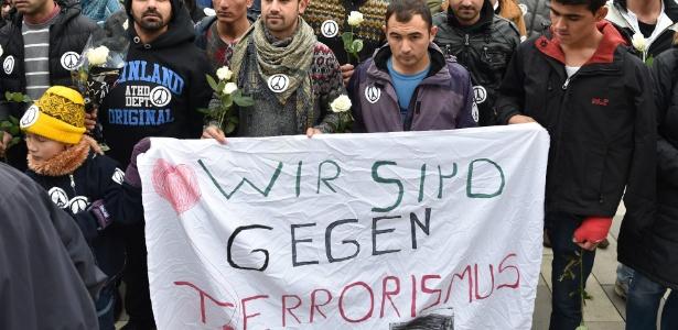 Manifestantes na Alemanha fazem homenagem a vítimas de atentados de Paris - Arne Dedert/EPA/EFE