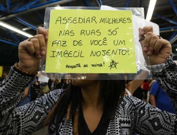 """""""Assediar mulheres nas ruas só faz de você um imbecial nojento"""": Grupo de mulheres fez ato contra o assédio em vagões do Metrô de São Paulo em outubro de 2015"""