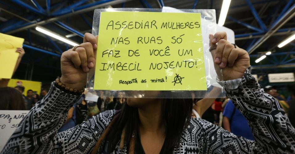 """5.out.2015 - """"Assediar mulheres nas ruas só faz de você um imbecial nojento"""": Grupo de mulheres fez ato contra o assédio em vagões do Metrô de São Paulo"""