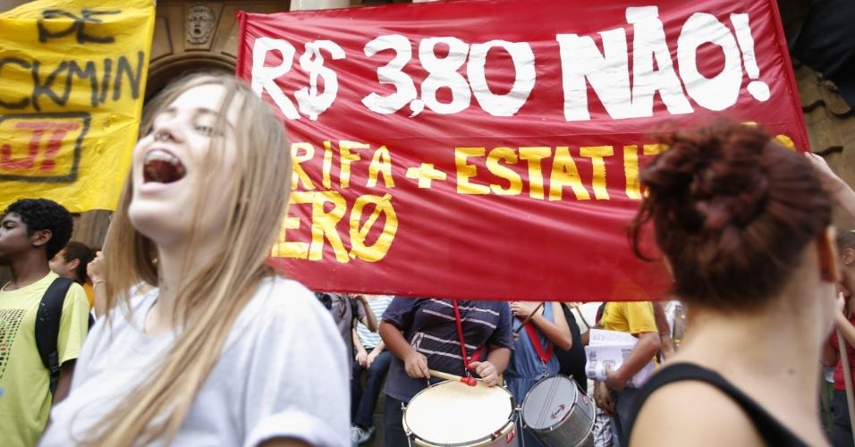 8.jan.2016 - Jovens tocam instrumentos musicais em frente ao Teatro Municipal de São Paulo, no centro da capital paulista, em concentração para ato contra o aumento do valor da tarifa do transporte público na cidade. A partir de sábado (9), a passagem, que custa R$ 3,50, vai para R$ 3,80