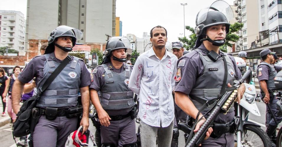 12.jan.2016 - Manifestante é detido pela polícia antes de ato contra o aumento da tarifa do transporte público, na avenida Paulista, em São Paulo (SP). Policiais fazem revistas seletivas em manifestantes antes de protesto